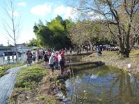 生徒、地域住民と魚の放流会